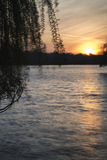 Nascer do sol vibrante bonito da mola sobre o lago calmo na contagem inglesa Imagem de Stock