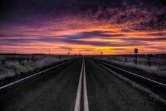 Nascer do sol vibrante na estrada Imagens de Stock