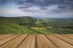 Nascer do sol vibrante sobre a paisagem do campo com pranchas de madeira fl Imagens de Stock Royalty Free