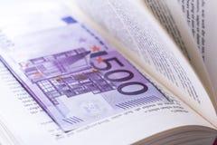 Nasconda 500 euro banconote nei soldi di risparmio del libro Fotografia Stock Libera da Diritti