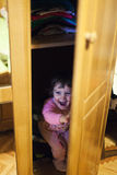 Nascondendosi nel gabinetto Fotografie Stock Libere da Diritti