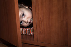 Nascondersi spaventato del bambino Fotografia Stock Libera da Diritti