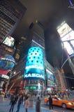Nasdaq-affischtavlan på natten i tider Square, NYC Royaltyfria Bilder