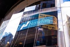 Nasdaq-Logo im Gebäudefenster Lizenzfreie Stockfotos