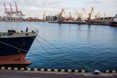 Nase des Frachtschiffs mit Industriehafenhintergrund Stockfotos