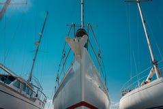 Nase des weißen Segelboots im Hafen Lizenzfreie Stockbilder