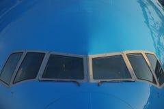 Nase eines blauen Flugzeuges mit Fenstern des Cockpits Stockfoto