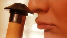 Nase und Lippen der jungen Frau schließen oben stock video