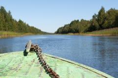 Nasenboot Stary-Boot bewegt sich durch den Kanal Lizenzfreies Stockfoto
