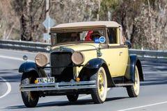 1929 Nash Posuwał się naprzód 6 kabrioletów jeżdżenie na wiejskiej drodze Fotografia Stock