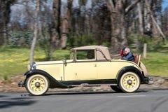 1929 Nash Posuwał się naprzód 6 kabrioletów jeżdżenie na wiejskiej drodze Fotografia Royalty Free
