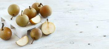 Nashi päron på trä Arkivbilder