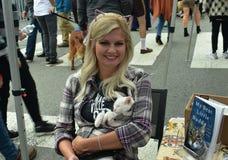 Nashville Cat Rescue Volunteer Holds Kitten en el acontecimiento de Oktoberfest fotografía de archivo