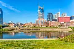 Nashville de stad in zoals die van over de Rivier van Cumberland wordt gezien stock foto