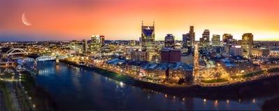 Nashville-Skyline mit Sonnenuntergang stockbilder