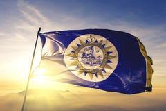 Nashville-Stadthauptstadt von Tennessee des Flaggentextilstoffgewebes Vereinigter Staaten, das auf den Spitzensonnenaufgangnebeln lizenzfreies stockfoto