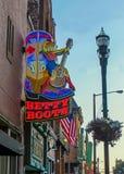 Nashville, TN LOS E.E.U.U. - las muestras céntricas del distrito en la oscuridad Fotos de archivo