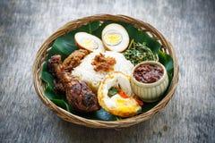 Nasi Ayam Penyet indonesiskt stekt kycklingris Arkivfoto