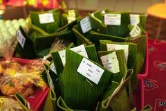 Nasi-campur, lokales indonesisches Lebensmittel Stockbilder