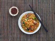 Nasi-goreng mit Sambal, gebratener Reis des Indonesiers mit Paprikapaste Stockfoto