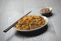 Nasi-goreng mit Sambal, gebratener Reis mit Paprikapaste Lizenzfreies Stockfoto