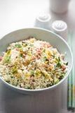 Nasi-Goringreis Gebratener Reis der indonesischen Art mit Schweinefleisch, Ei und Porree Stockfoto