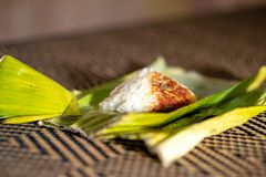 Nasi lemak是在椰奶和pandan或香蕉叶子烹调的一个马来的芬芳米盘 免版税库存图片