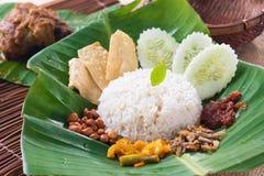 Nasi lemak, een traditionele malay gediende de rijstschotel van het kerriedeeg stock afbeeldingen