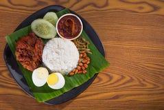 Nasi lemak, een traditionele malay rijst van het kerriedeeg stock afbeeldingen