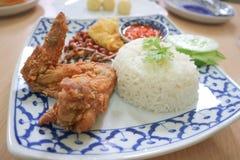 Nasi lemak eller ris med den stekt fisken och stekt kyckling Royaltyfri Foto
