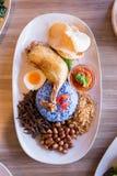 Nasi Lemak jest Malajskim fragrant ryżu naczyniem gotującym w kokosowym mleku i motylim grochu słuzyć z pieczonym kurczakiem, sma Zdjęcia Stock