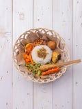 Nasi lemak/Nasi campur, Indonesische Balinese rijst met aardappelfritter, verzadigt lilit, gebraden tofu, kruidige gekookte eiere Royalty-vrije Stock Foto's
