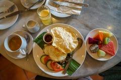 Nasi Lemak, populaire traditionele Maleisische ontbijtschotel met inbegrip van rijst, pandan blad, braadde ei, geroosterde ansjov stock foto
