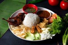 Nasi lemakkukus med vaktelkött, malaysian lokal mat royaltyfria bilder