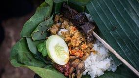 Nasi Liwet Traditional-Reisteller mit sättigen und Paprikas lizenzfreies stockfoto