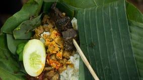 Nasi Liwet Traditional-Reisteller mit sättigen und Paprikas lizenzfreie stockfotos