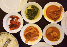 Nasi Padang Dishes è servito sui piatti pronti ad essere mangiato immagine stock