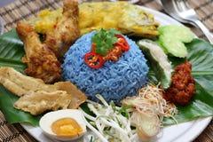 Nasikerabu, de blauwe salade van de kleurenrijst, Maleise keuken Stock Foto's
