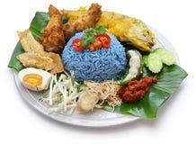 Nasikerabu, de blauwe salade van de kleurenrijst, Maleise keuken Stock Afbeeldingen