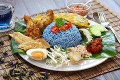 Nasikerabu, de blauwe salade van de kleurenrijst, Maleise keuken Royalty-vrije Stock Foto