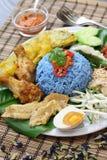 Nasikerabu, de blauwe salade van de kleurenrijst, Maleise keuken Royalty-vrije Stock Afbeeldingen