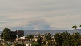Nasleep van de branden van Los Angeles van San Fernando Valley worden bekeken dat royalty-vrije stock fotografie