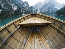 Naso della barca di legno nel lago alpino della montagna Lago di Braies, alpi delle dolomia, Italia Fotografia Stock Libera da Diritti