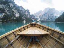 Naso della barca di legno nel lago alpino della montagna Lago di Braies, alpi delle dolomia, Italia Immagine Stock Libera da Diritti