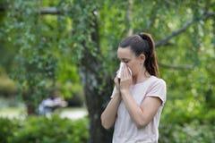 Naso di salto della ragazza a causa dell'allergia del polline Fotografia Stock Libera da Diritti