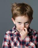 Naso di scratch del ragazzino per la riflessione, lo sforzo, il freddo o le allergie Fotografia Stock Libera da Diritti