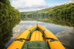 Naso giallo della barca ancora sulle acque del Danubio fotografia stock