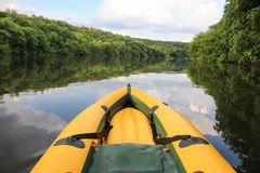 Naso giallo della barca ancora sulle acque del Danubio immagine stock