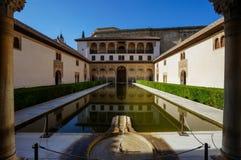 Nasrid-Palast - Gericht der Myrten in Alhambra in Granada, Badekurort Stockfotos
