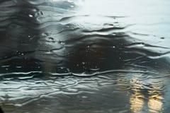 Nass regnerische graue Tapete stockfotos